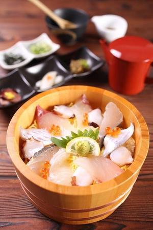旬のネタを味わえる「海鮮ひつまぶし」